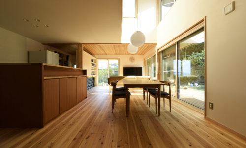 宮島を望む高台の家